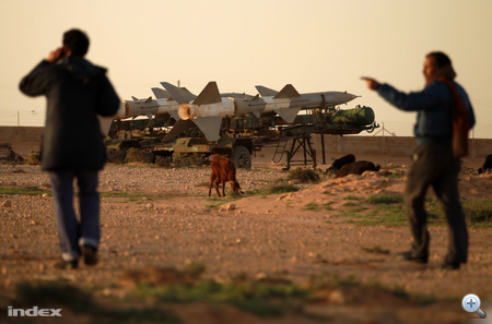 A líbiai légierő tisztjei civil ruhában sétálnak egy elhagyott légibázison Tobrukban