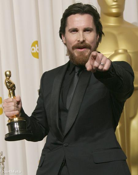 Christian Bale példát mutat friss Oscarral a kezében