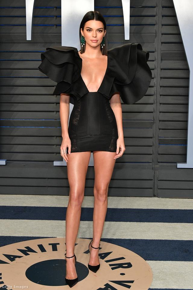 Ennél kisebb kis fekete ruhát már fel sem vehetett volna Kendall Jenner a Vanity Fair bulira.