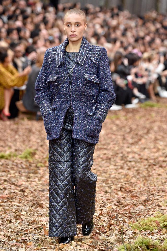 Klasszikus tweed kabát és steppelt pantalló a Chaneltől.