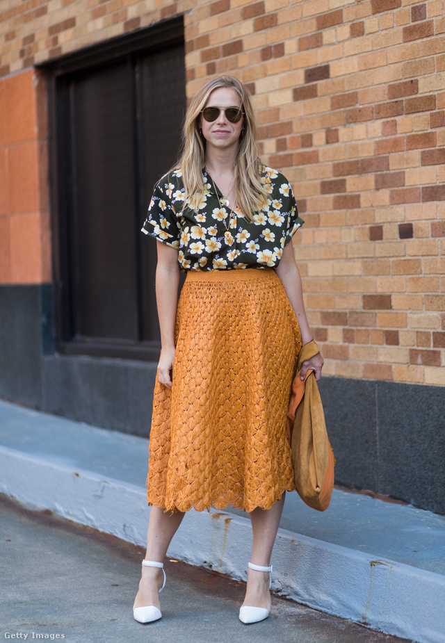 Virágmintás blúz és mustárszínű szoknya a New York-i divathéten.