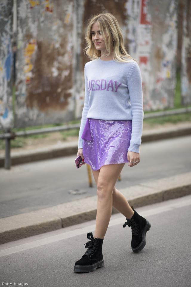 Flitteres szoknya szürke feliratos pulóverrel és bakancs cipővel Milánóban.
