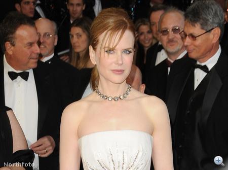 Nicole Kidman fehérben-ezüstben-aranyban csillogott