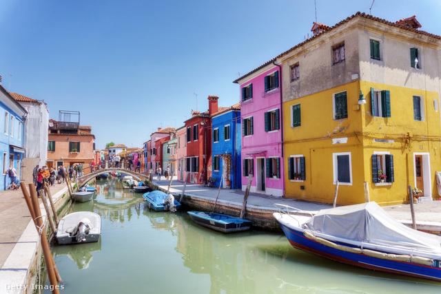 A közigazgatásilag Velencéhez tartozó Burano leginkább harsányra festett épületei és csipkekészítése miatt nevezetes, nem véletlen, hogy minden gyakorlatilag minden második ház a turistákból próbál megélni.