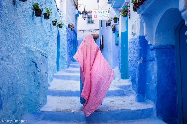 """Az északnyugat-marokkói, mór jellegű kisváros (30-40 km-re a Gibraltári szorostól) kékre festett utcáiról híres. Az 1471-ben épült """"erőd"""" a portugálok délebbre való behatolását kívánta megállítani."""