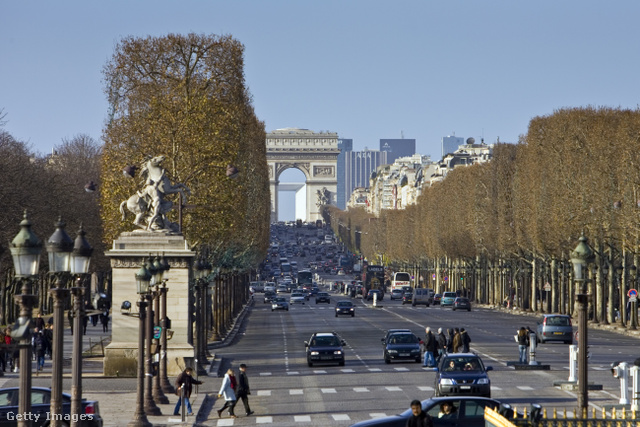 Az 1910 méter hosszú (a Concorde tértől a Diadalívig tart) sugárút a világ egyik leghíresebb, legelőkelőbb és legismertebb utcája, a gyönyörűen ápolt fákkal szegett 70 széles út gyakorlatilag a város tengelye.