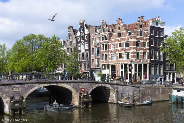 A központi vasútállomástól körülbelül egy kilométerre található Brouwersgracht talán a holland főváros egyik legszebb negyede. A csónakkal és biciklivel is könnyen bejárható város ezen részén az Amstel folyó partján álló hajókban, a holland történelmi házakban és a festői tájban is lehet gyönyörködni egyszerre.