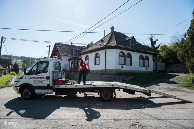 A családi autómentő, autókölcsönző vállalkozásban Zsanett nagyrészt az otthoni és a vidéki telephelyen tartja a frontot, de ha egyszerre több kapás is van és menni kell, akkor minden más várhat. (Kivéve a konditermet.)