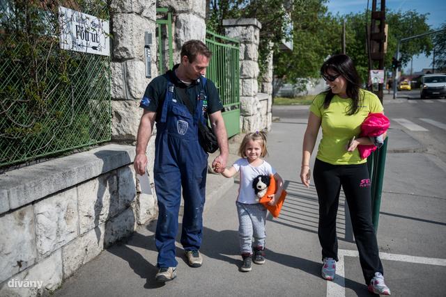 A kiadós ebéd után Zsanett és párja együtt mennek el Laráért az óvodába. A kislány nagyon örül, amikor apa és anya is ott tud lenni...