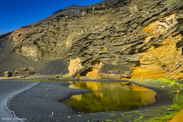 A Kanári-sziget nyugati részén fekvő halászfalu az óceán partján, a lanzarotei vulkanikus természetvédelmi területén belül található.