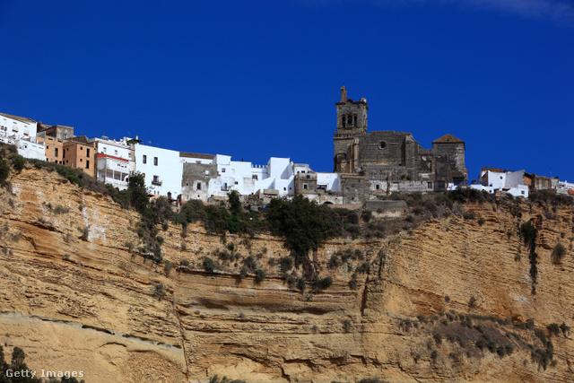 A híres Pueblo Blancos kapujának mondott, körülbelül 31 ezer lakosú Arcos de la Frontera többek között a vakítóan fehér házfalairól ismert, de tele van mór emlékekkel is, ilyen például a Castillo de Arcos, az Iglesia de San Miguel és az Iglesia de San Pedro is.