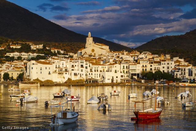 A katalánok szuperlatívuszokat zengenek a mintegy 2700 fős kisvárosról, állításuk szerint ez a Costa Brava legszebb faluja, de vannak akik szerint innen nyílik Spanyolország legszebb kilátása is.