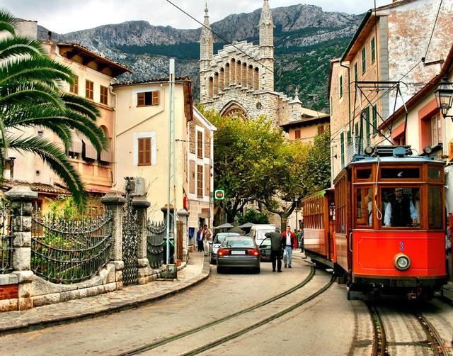 A kisváros La Palmatól közelíthető meg egy 1912-ben épült fából készült villamossal. Az odavezető út csodálatos, pasztellrózsaszín mandula ligetek és zöld legelők övezik.