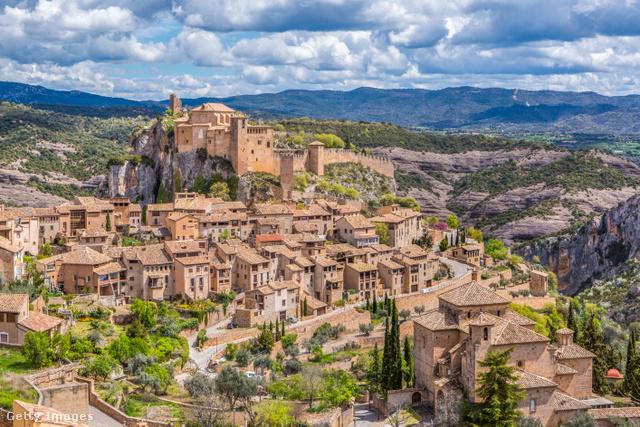 A Pireneusok lábánál elhelyezkedő Alquézar eredetileg egy 11.századi mór erőd volt. A terrakotta tetős házakkal teli falu nem csak a középkori hangulata miatt olyan közkedvelt, hanem sajátos geológiai adottságai miatt is.