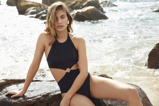 Hasrésznél összekapcsolódó bikini a Women' Secret kollekciójában.
