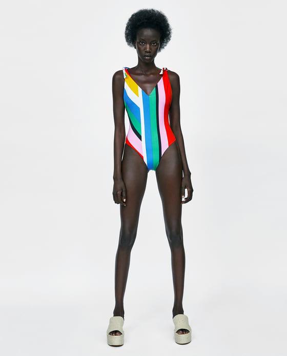 8995 forintra árazta színes csíkokkal ellátott fürdőruháját a Zara.