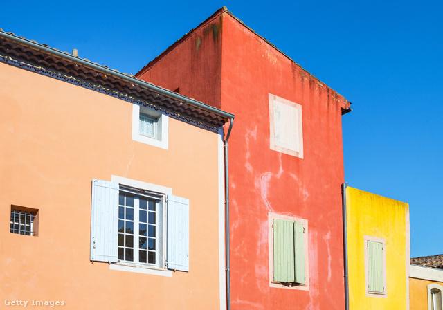Vannak városok, melyek egy bizonyos színhez való kapcsolatuk miatt ismertek, ilyen például a hús színű Bologna, a rózsaszín Jaipur vagy a fehér Tel Aviv. Ez a franciáknál a mintegy 1300 fős Roussillon, melynek házai és a közelben lévő sziklái vöröses okker színben pompáznak.
