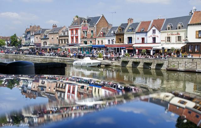 """Az építészeti remekekben gazdag Amiens egyik fő nevezetessége a """"les hortillonnages"""" azaz Amiens lápos része és annak úszó kertjei, de érdemes lecsekkolni a Saint-Leu negyed csatornáit, a gótikus Notre-Dame katedrálist valamint Verne Gyula házát, melyben több, mint harminc regény született."""