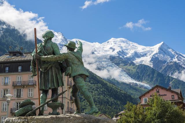 Chamonix, az Alpok fővárosa                         A Mont Blanc lábánál fekvő városát sokan a világ legszebb síterepének tartják. Az Arve völgyében fekvő város a Wikipedia.org állítása szerint teljes egészében arra rendezkedett be, hogy a turistákat és a síelőket kiszolgálja.