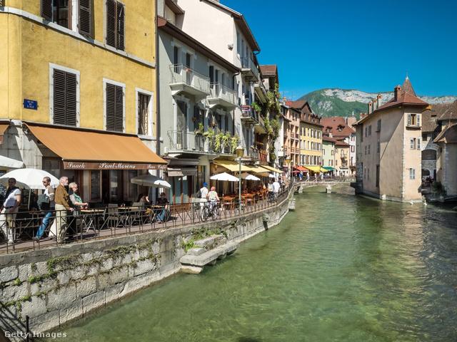 """Annecy, az Alpok gyöngyszeme                         A Genftől délre található kisvárost a """"Savoie Velencéjének"""" is szokás nevezni, de fent említett társával együtt megkapta Franciaország kulturális és történelmi városa címet is."""