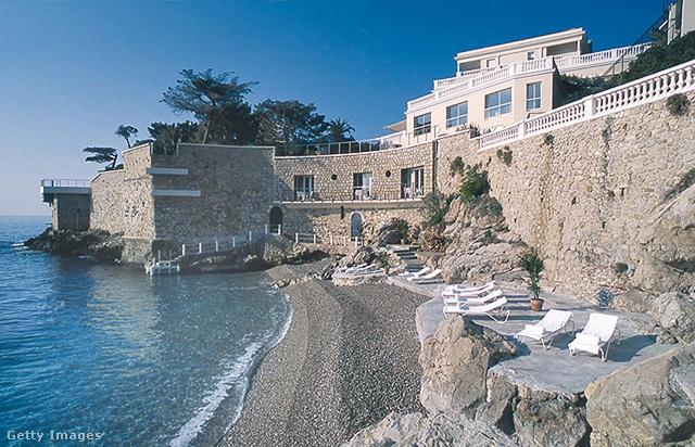 A bájos kisváros a Cote d'Azur-ön, Monaco, Cannes és Nizza között helyezkedik el.