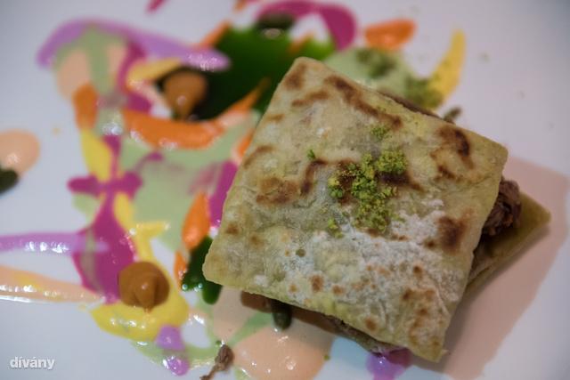 A hagyományos török konyhában ezt a fogást általában úgy készítik, hogy az alaplében megfőzött húst kenyérrel tálalják, amit a levesbe és joghurtba áztatnak be