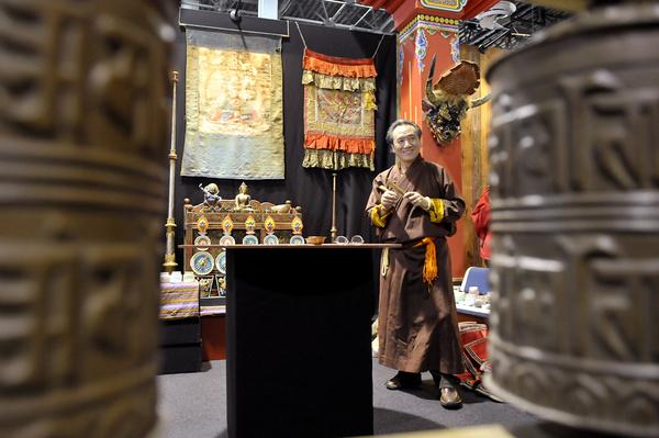 Karma Dorje az ELTE tibeti szakos professzora homokmandalát készít a Himalája Expon
