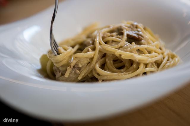 A tinórus-szőlős spagetti tányérra került.