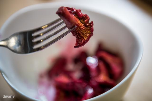 A rókagombás céklasaláta ribizlivel jól megy grillezett sajtok vagy fehér húsú halak mellé köretnek.