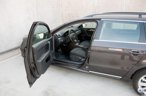 Ilyet nem szoktunk fotózni: az ajtó nyílásszögét nézzék, itt a Passatnál...