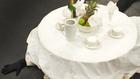 Női harisnyás lábakon álló asztal szaladgál a Trafóban