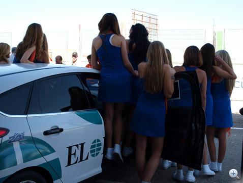A lányok megszállták az autónkat.