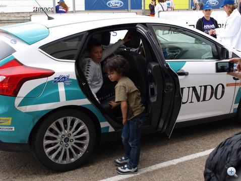 A gyerekek alaposan megvizsgálták az autót