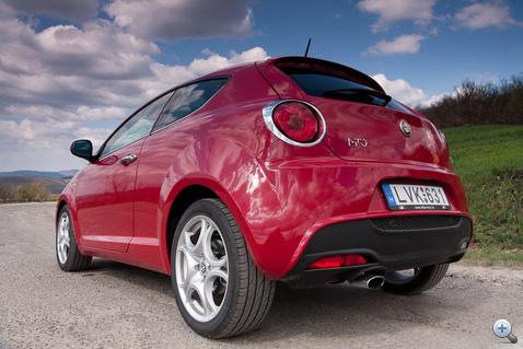Sok ellenfele nincs, esetleg a Citroën DS3, a Mini Cooper és az A1. Árban pedig csak a Citroën, a másik kettő drágább