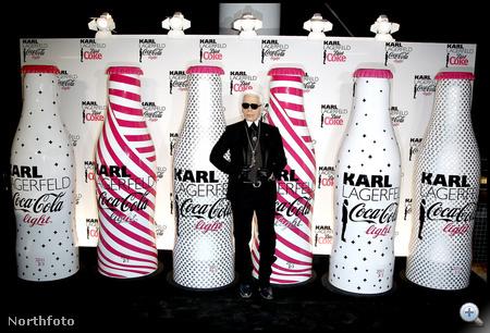 Üvegek és a mester: Lagerfeld szokásos szettjében, a tőle megszokott arckifejezéssel.