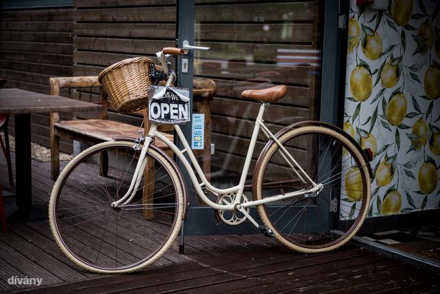 A Fruskát el sem lehet téveszteni az ajtóba támasztott holland bicikliről.