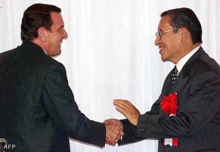 Gerhardt Schröder és Ohga Norio kézfogása egy 1999-es találkozón