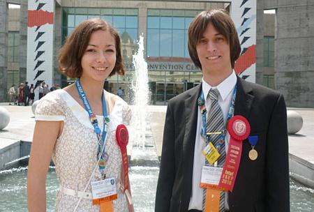 Sugár Krisztina és Simon Dávid a 2010-es Nemzetközi Tudományos és Innovációs Versenyen értek el második helyezést.