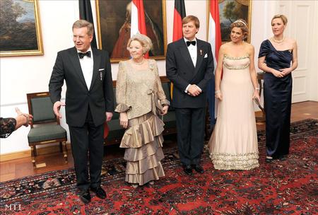 Christian Wulff német elnök, Beatrix holland királynő, Vilmos-Sándor holland trónörökös, valamint argentin neje, Maxima hercegnő és Bettina Wulff a német államfő felesége