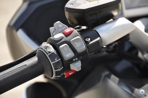 Bal markolat: iDrive tekerőgyűrű, tempomat, elakadásjelző, reflektor, szélvédőmagasság, belépés a menübe, index, meg persze kuplung