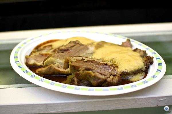 Marhaoldalas csokis szilvafénnyel, házi kenyérrel