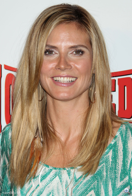 Heidi Klum hajában egészen eltűnik a toll.