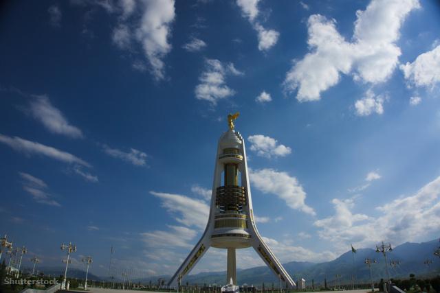Türkménbasi aranyszobra sokáig a város közepén állt, most már ezen a rakéta szerű emlékoszlop tetején.
