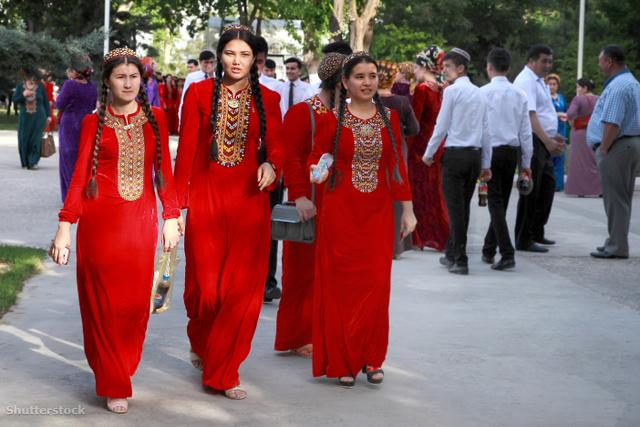 Az eseményre leginkább diákokat vezényeltek ki népviseletben.