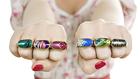 Műkörömmel díszített gyűrű lehet az új színes őrület