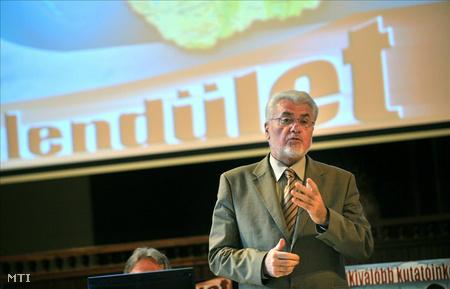 Pálinkás József, az MTA elnöke beszédet mond a Lendület 2011 - Fiatal Kutatói Program eredményhirdetésén, az MTA dísztermében. (Fotó: Máthé Zoltán)