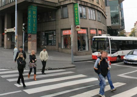 Prágai utca a Norcon. Az arcokat és a rendszámokat kitakarják