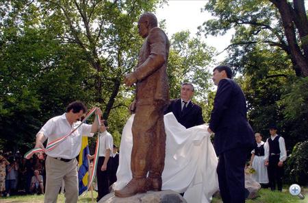 Áder János a parlament fideszes alelnöke és Bölcskei Gusztáv püspök avatták fel Wass Albert szobrát Debrecenben, a Nagyerdő szoborsétányán, 2008. június 28.