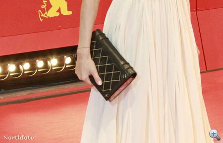 Ő a Chaneltől vett egy fekete-arany könyvtáskát