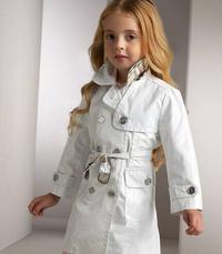 Kislány Burberry kabátban
